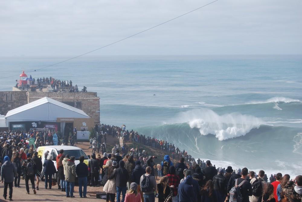 Nazaré Tow Surfing Challenge lokt veel toeschouwers op de kliffen, 11 februari 2020