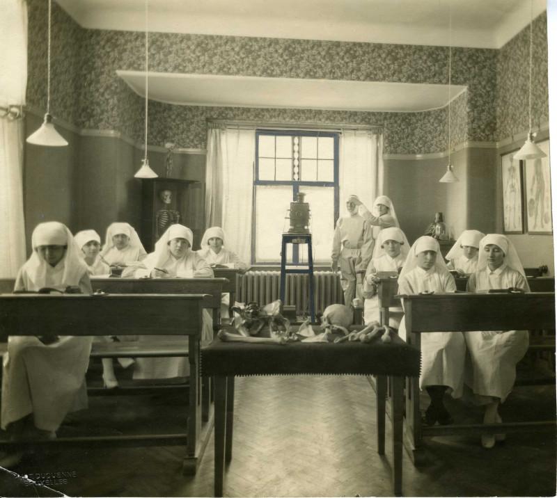 Kandidaat-verpleegsters in de school van dokter Depage (Archief Belgische Rode Kruis, Brussel)