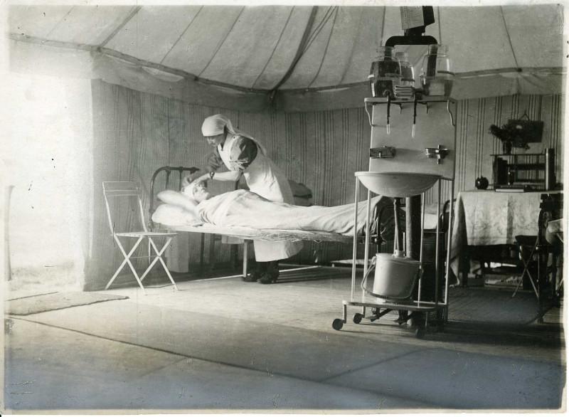 Een Belgische verpleegster aan het werk in L'Océan (Archie Belgische Rode Kruis, Brussel)